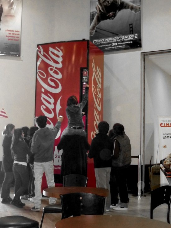 maquina-de-la-amistad-ogilvy-argentina-dia-del-amigo-ambient-marketing-alternatif-distributeur-coca-cola-2-600x800