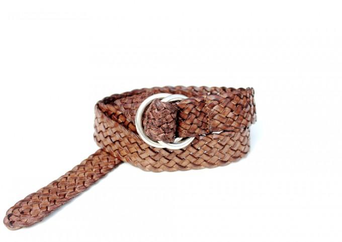 Cintura in cuoio invecchiato intrecciato. Fibbia con anelli placcata argento Inglese. Punta lunga.