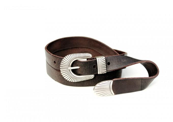Cintura in cuoio invecchiato laserato. Fibbia con passante e puntale placcata argento Inglese. Punta lunga.
