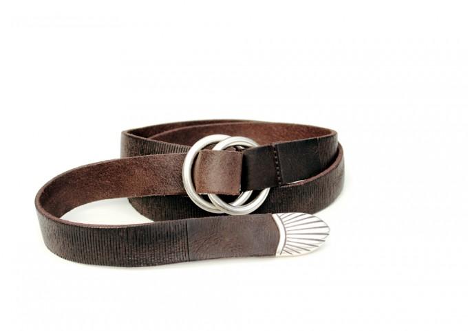 Cintura in cuoio invecchiato e laserato. Fibbia con anelli placcata argento Inglese. Punta lunga.