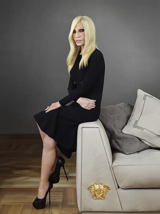 SALONE-DEL-MOBILE-2014-PRESS-KIT-Donatella-Versace-on-the-Via-Gesó-sofa (1)
