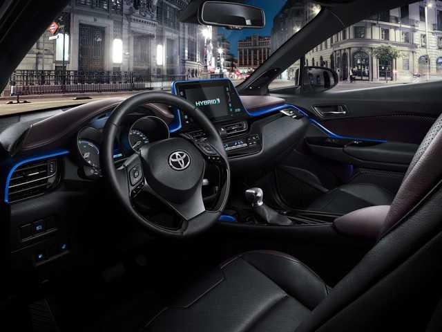 c-hr-interior-dashboard-angle-full_tcm-20-728486