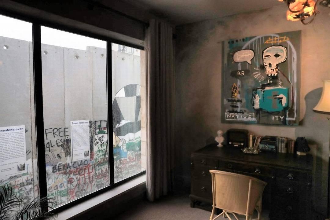 Una finestra che dà direttamente sul muro